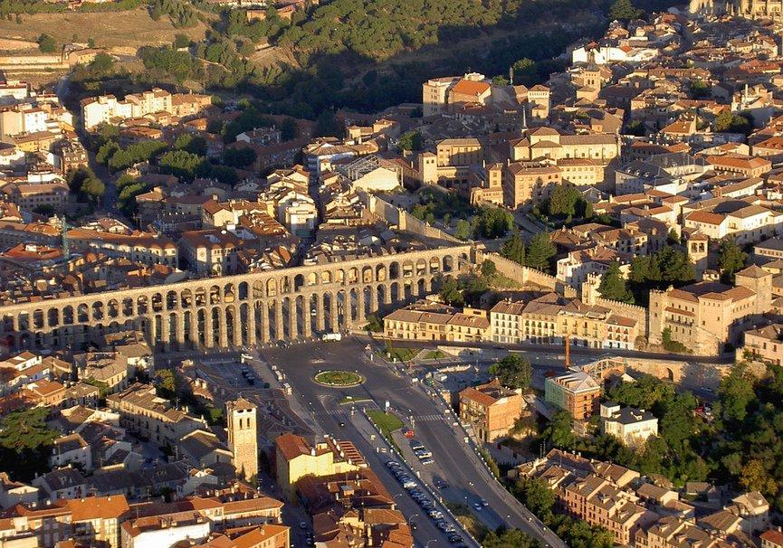 Medium vista aerea del acueducto de segovia
