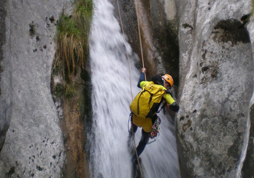 Medium canyoning