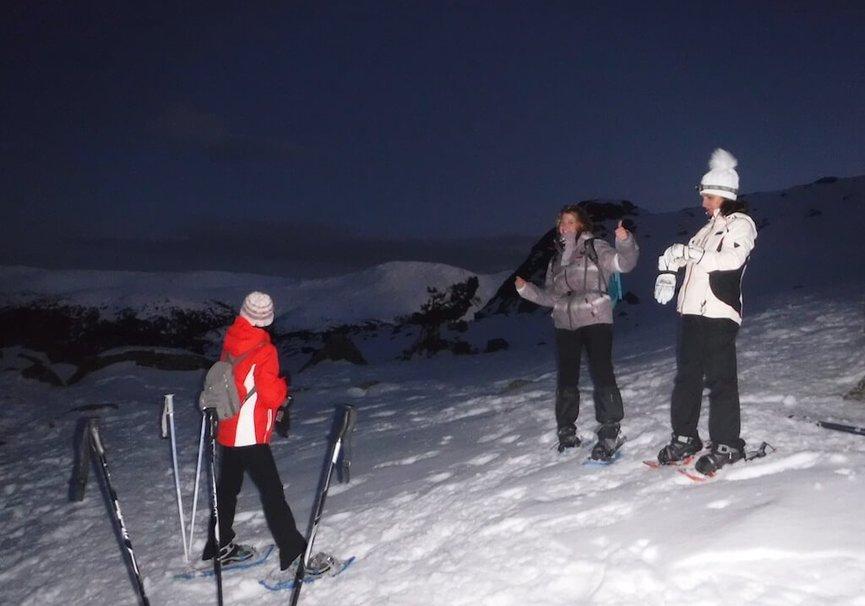 Medium raquetas de nieve en la noche
