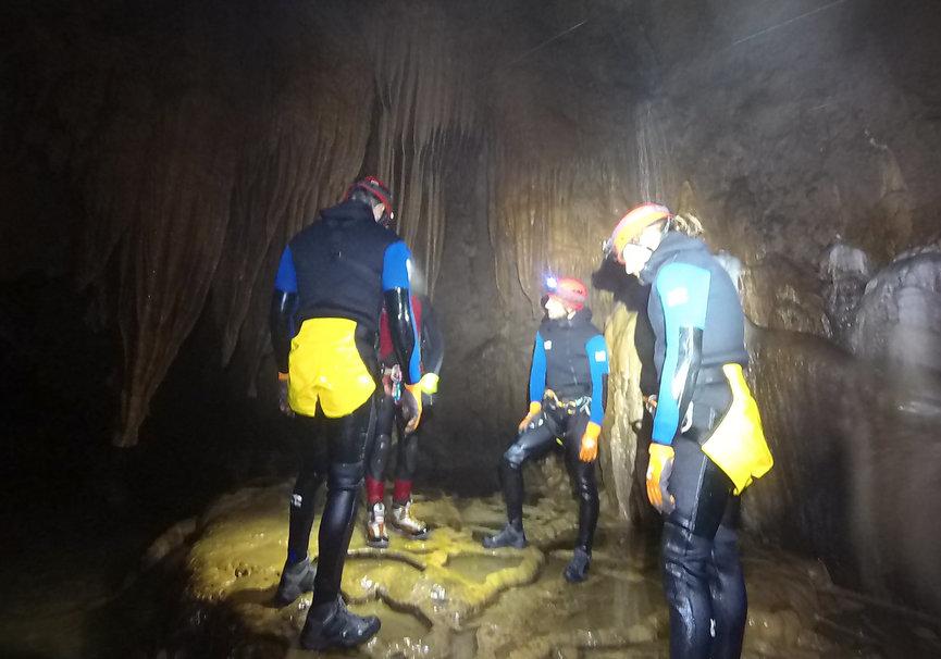 Medium espeleobarranquismo cueva de valporquero tiki aventura