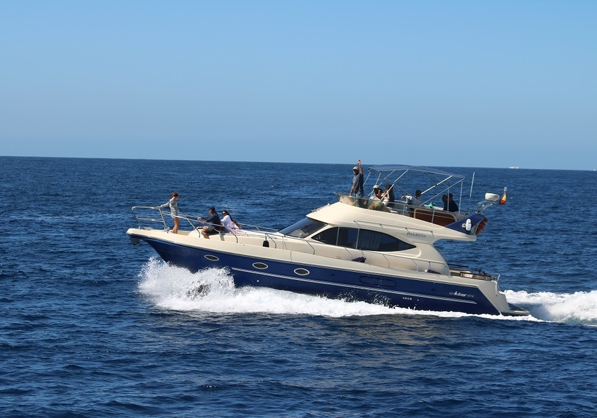 Medium imagen barco navegando con grupo tarifa marina blue